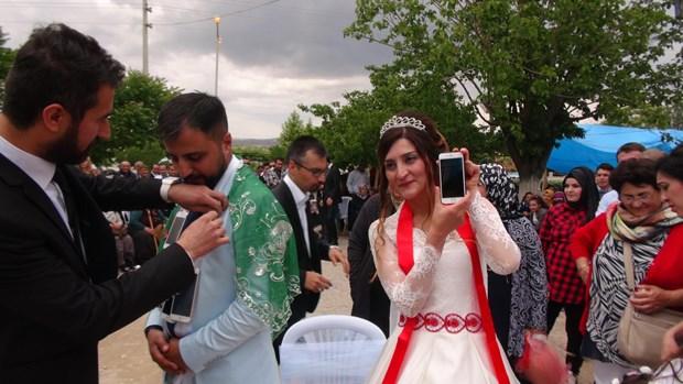 Düğününde Takı Yerine iPhone Takıldı!  2