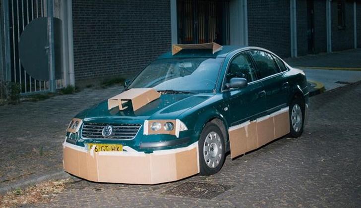 Geceleri Arabaları Kartonla Modifiye Eden Adam_3