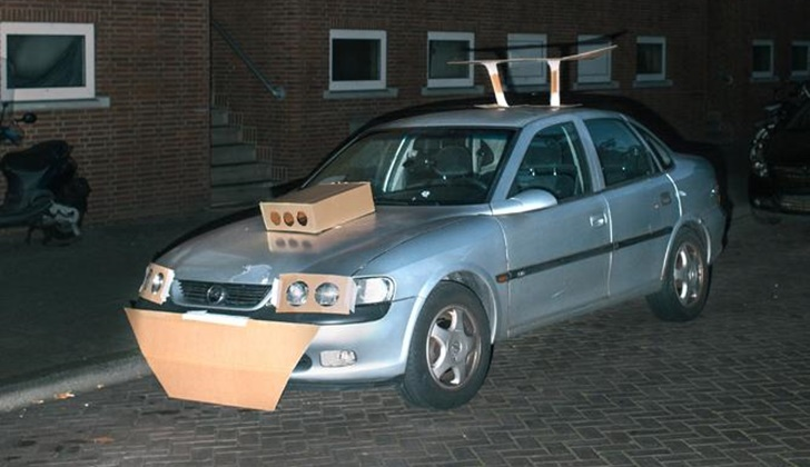 Geceleri Arabaları Kartonla Modifiye Eden Adam_6